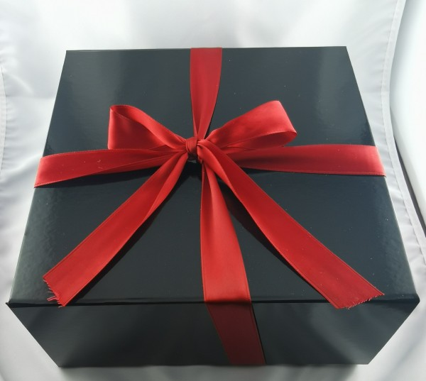 Geschenkbox mit Magnetverschluss Schleife und Holzwolle